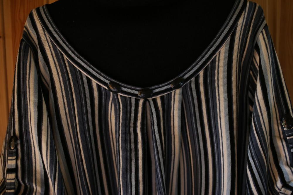 Женский свитер в полоску с камушками фото №2