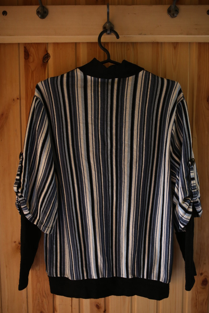 Женский свитер в полоску с камушками фото №3